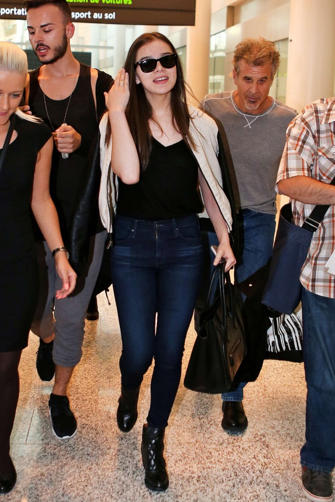 Hailee Steinfeld – Pearson Airport in Toronto
