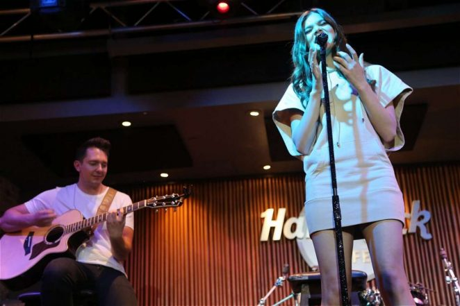 Hailee Steinfeld - Perfirms at Rooftop in Nashville