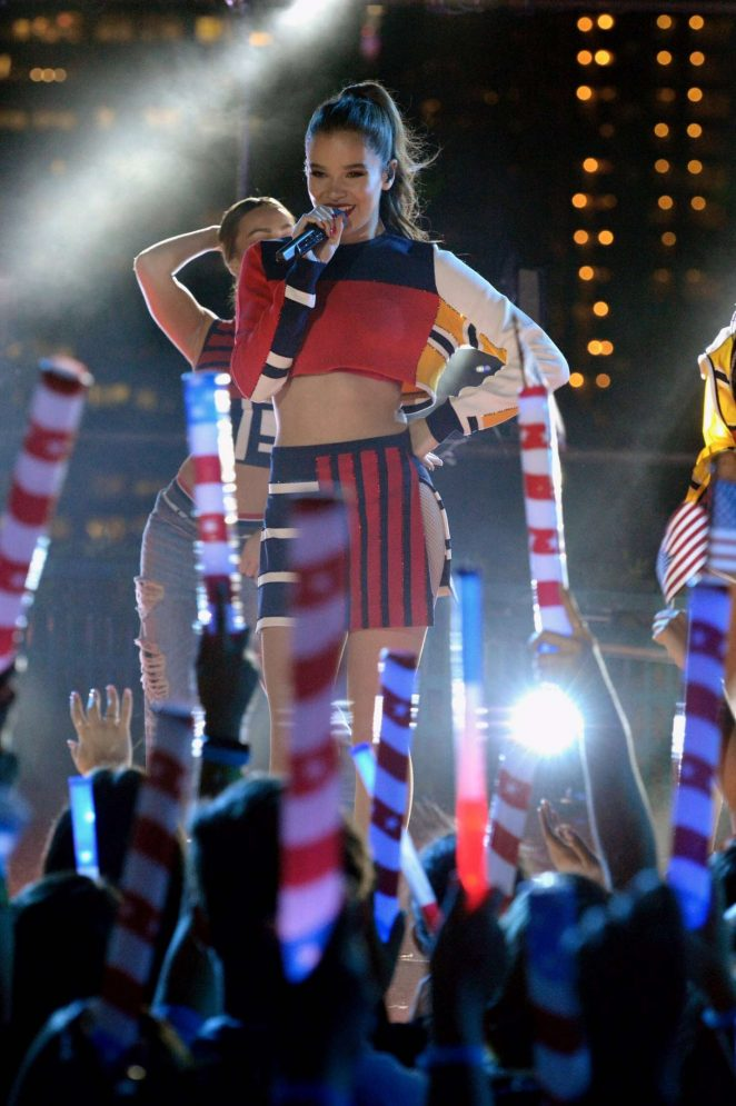 Hailee Steinfeld – Performing at Macy's Fourth of July Fireworks Spectacular in NYC