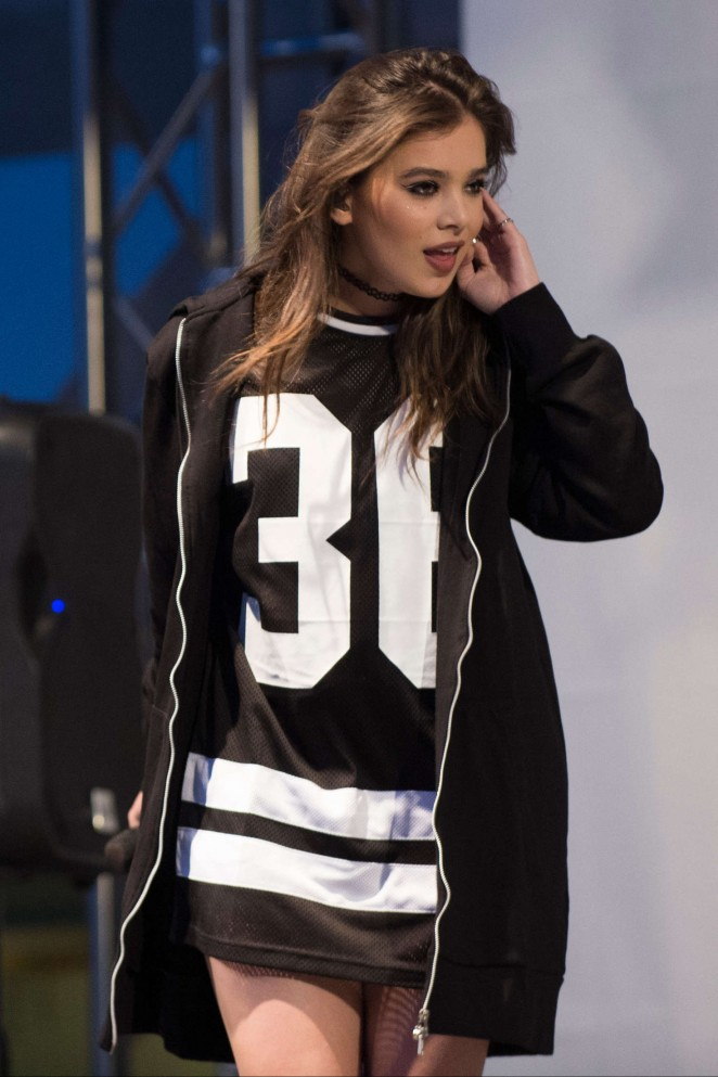 Hailee Steinfeld – Performing at Sundance Square Opening in Fort Worth
