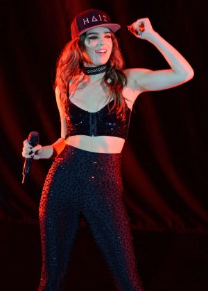 Hailee Steinfeld - Performing at The Bayfront Park Ampitheatre in Miami