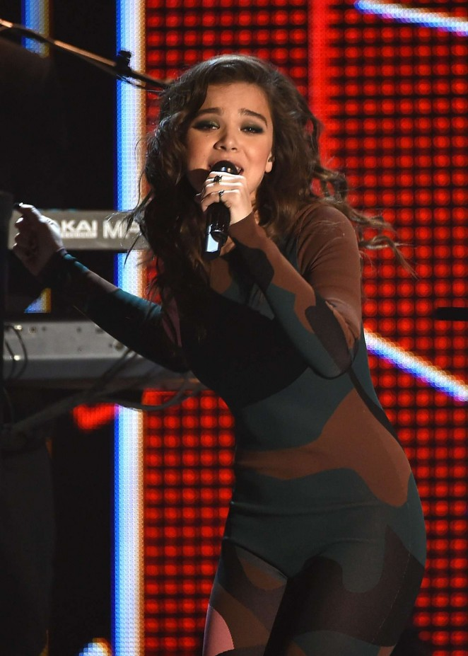 Hailee Steinfeld - Performs at 2015 Streamy Awards in LA