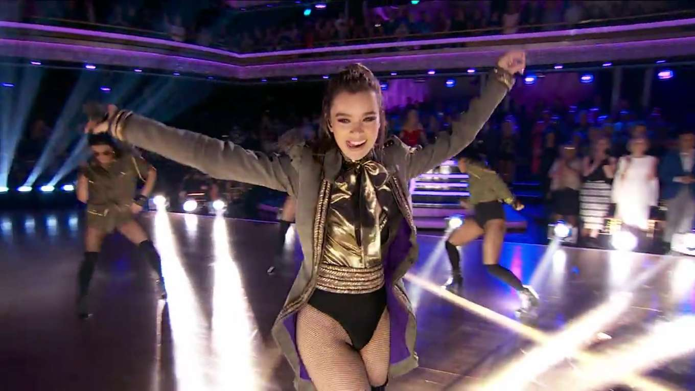 Hailee Steinfeld - Performs at Dancing With The Stars