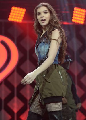 Hailee Steinfeld - Performs at I Heart Radio Y-100 Jingle Ball in Sunrise