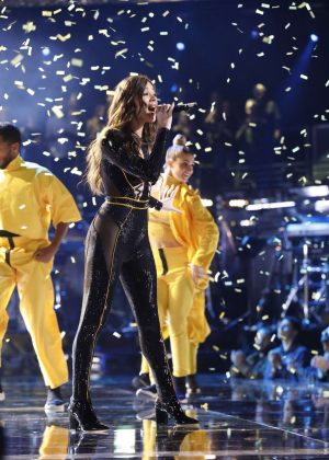 Hailee Steinfeld - Performs at The Voice - Season 15 'Live Semi Final Results'