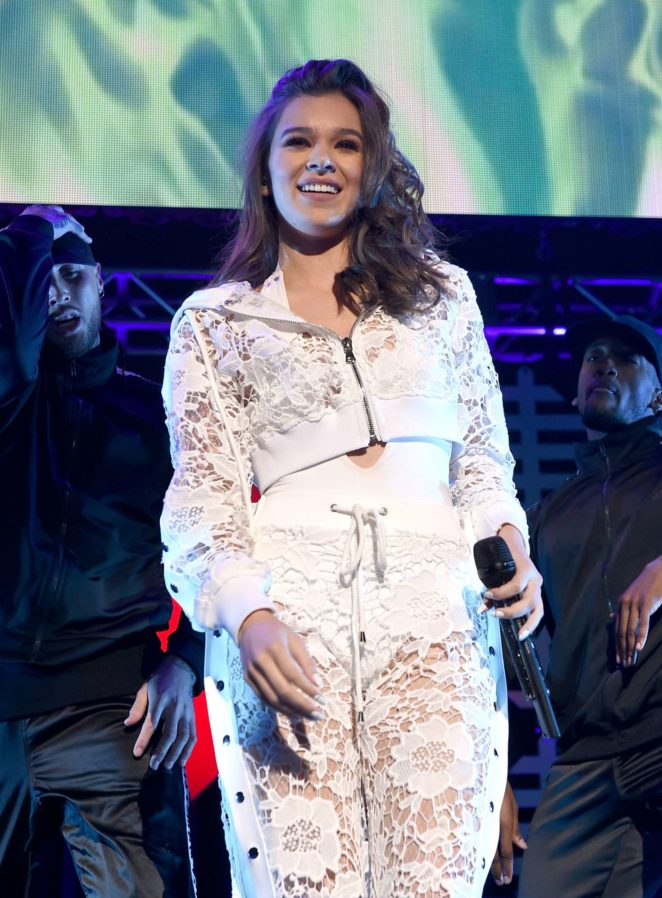 Hailee Steinfeld – Performs at WiLD 94.9's FM's Jingle Ball 2017 in San Jose