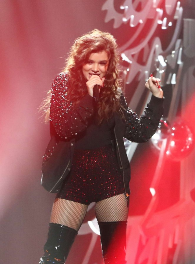 Hailee Steinfeld – Y100's Jingle Ball 2015 in Sunrise