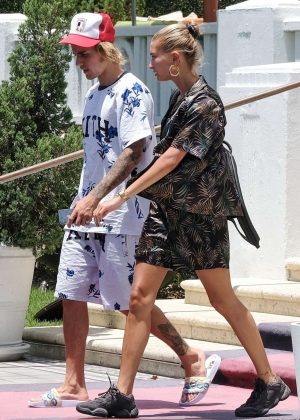 Hailey Baldwin and Justin Bieber - Arrives at their hotel in Miami