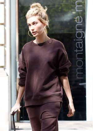 Hailey Baldwin Arrives at her hotel in Paris