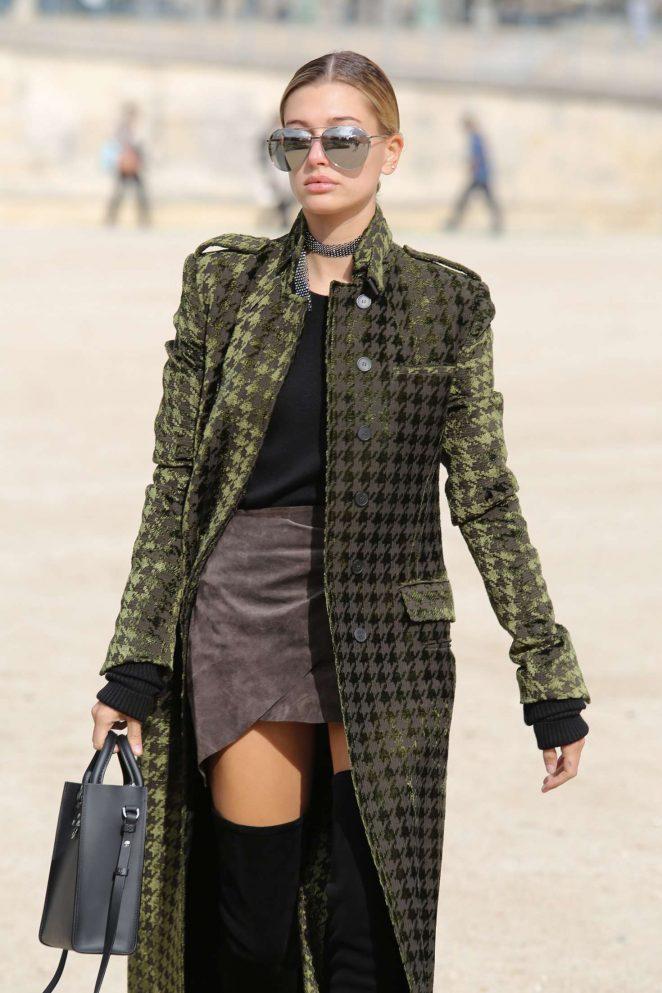 Hailey Baldwin Arrives at le Jardin des Tuileries in Paris