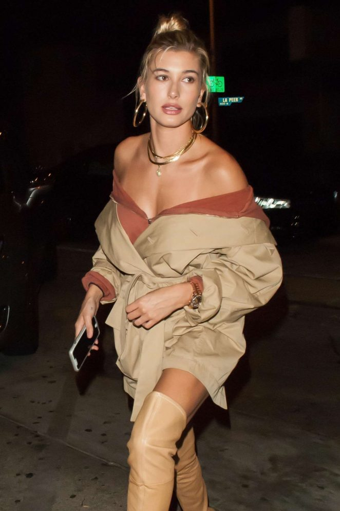 Hailey Baldwin Arrives for dinner at Craigs Craig's in West Hollywood