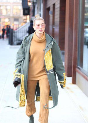 Hailey Baldwin - Arriving at Gigi Hadid's apartment in Manhattan