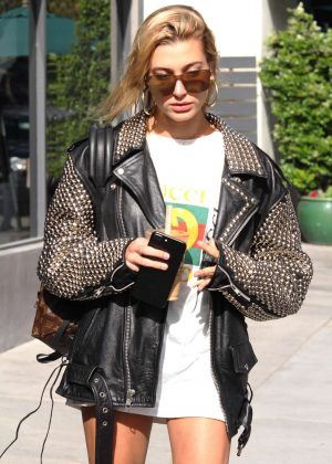 Hailey Baldwin at Urth Cafe in Los Angeles