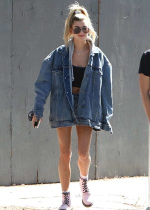 Hailey Baldwin - Grabs lunch with a friend on Melrose in Los Angeles