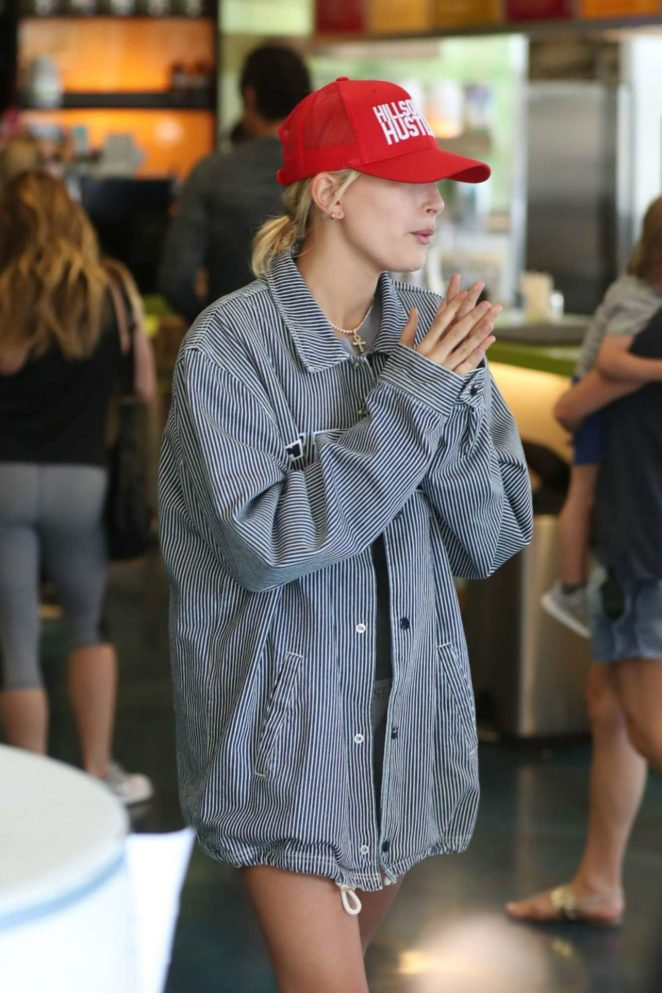 Hailey Baldwin – Seen at Earthbar in West Hollywood