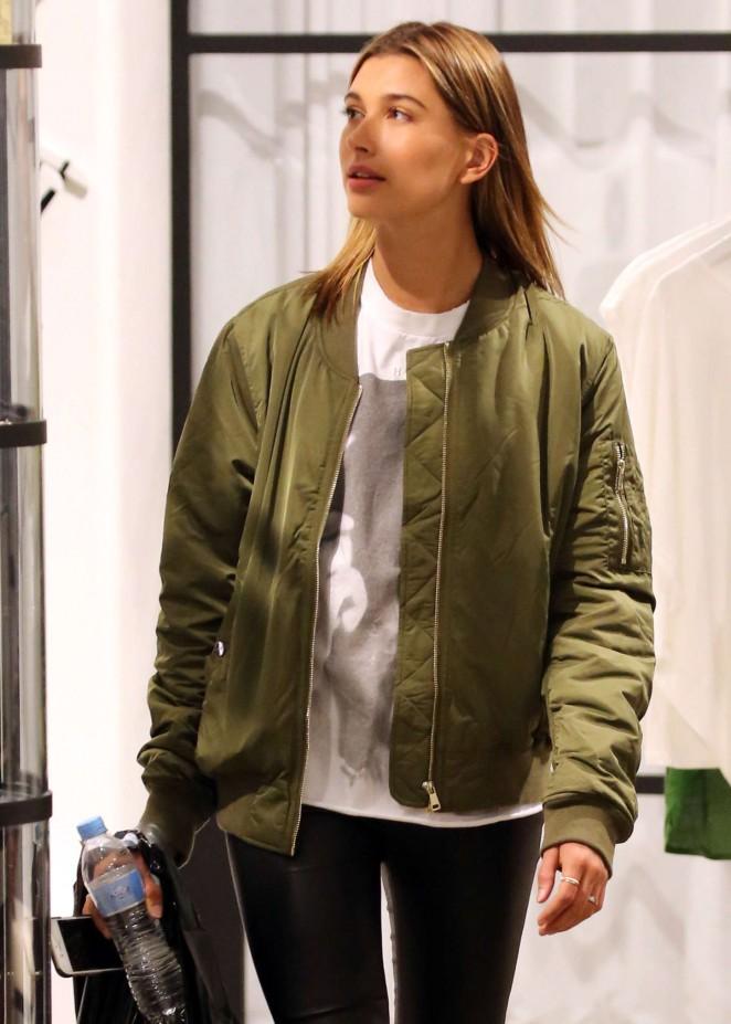 Hailey Baldwin - Shopping in Sydney