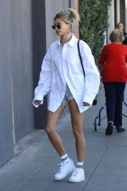 Hailey Bieber - Seen arriving at a spa in West Hollywood