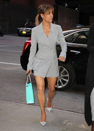 Halle Berry - Arriving at her apartment in New York City