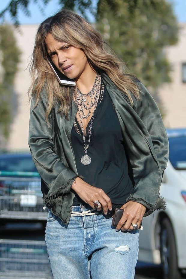 Halle Berry - Heads to a meeting in Los Angeles