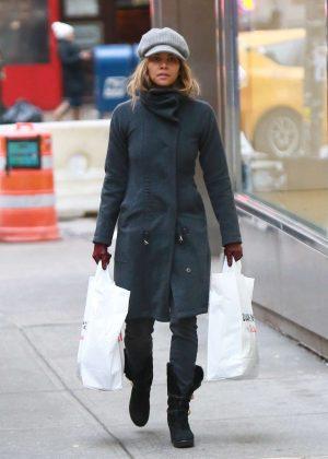 Halle Berry - Shopping at Duane Reade drugstore in Manhattan