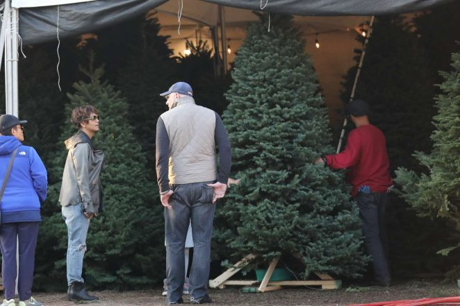 Halle Berry: Shopping for a Christmas tree -01