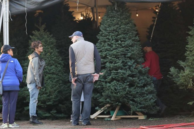 Halle Berry: Shopping for a Christmas tree -05
