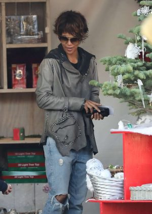 Halle Berry - Shopping for a Christmas tree in West Hollywood