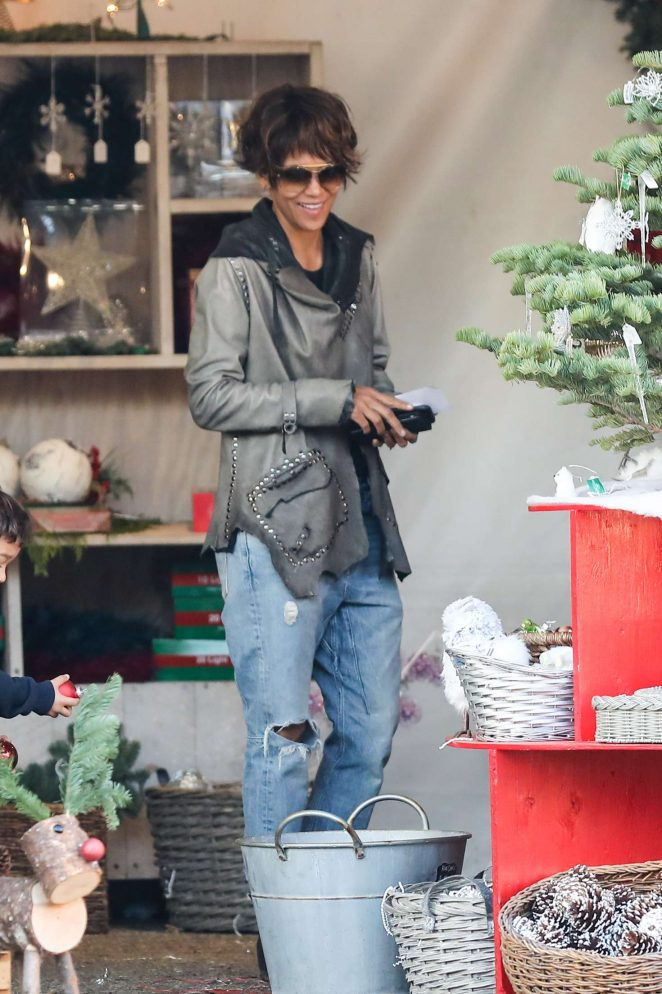 Halle Berry: Shopping for a Christmas tree -16