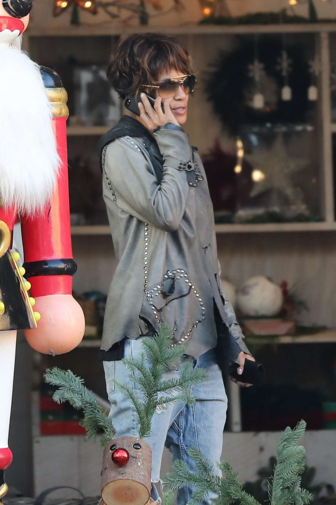 Halle Berry: Shopping for a Christmas tree -21