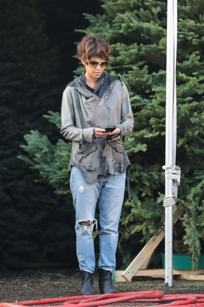 Halle Berry: Shopping for a Christmas tree -22