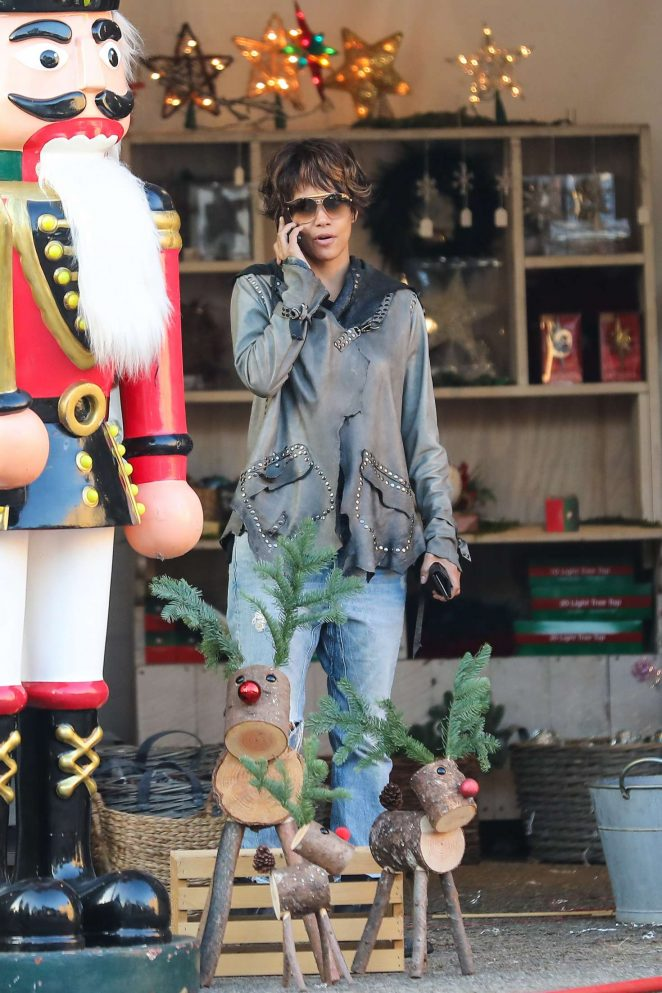 Halle Berry: Shopping for a Christmas tree -34