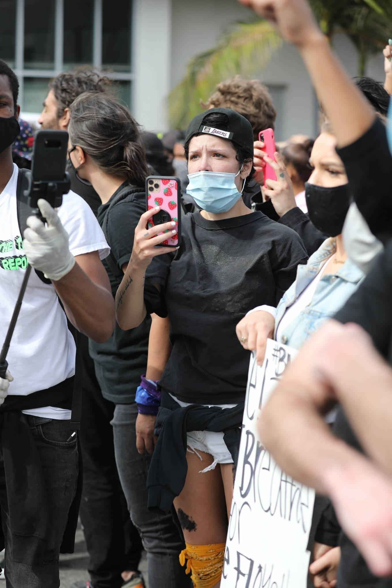 Halsey 2020 : Halsey – Attends Black Lives Matter rally in LA-03