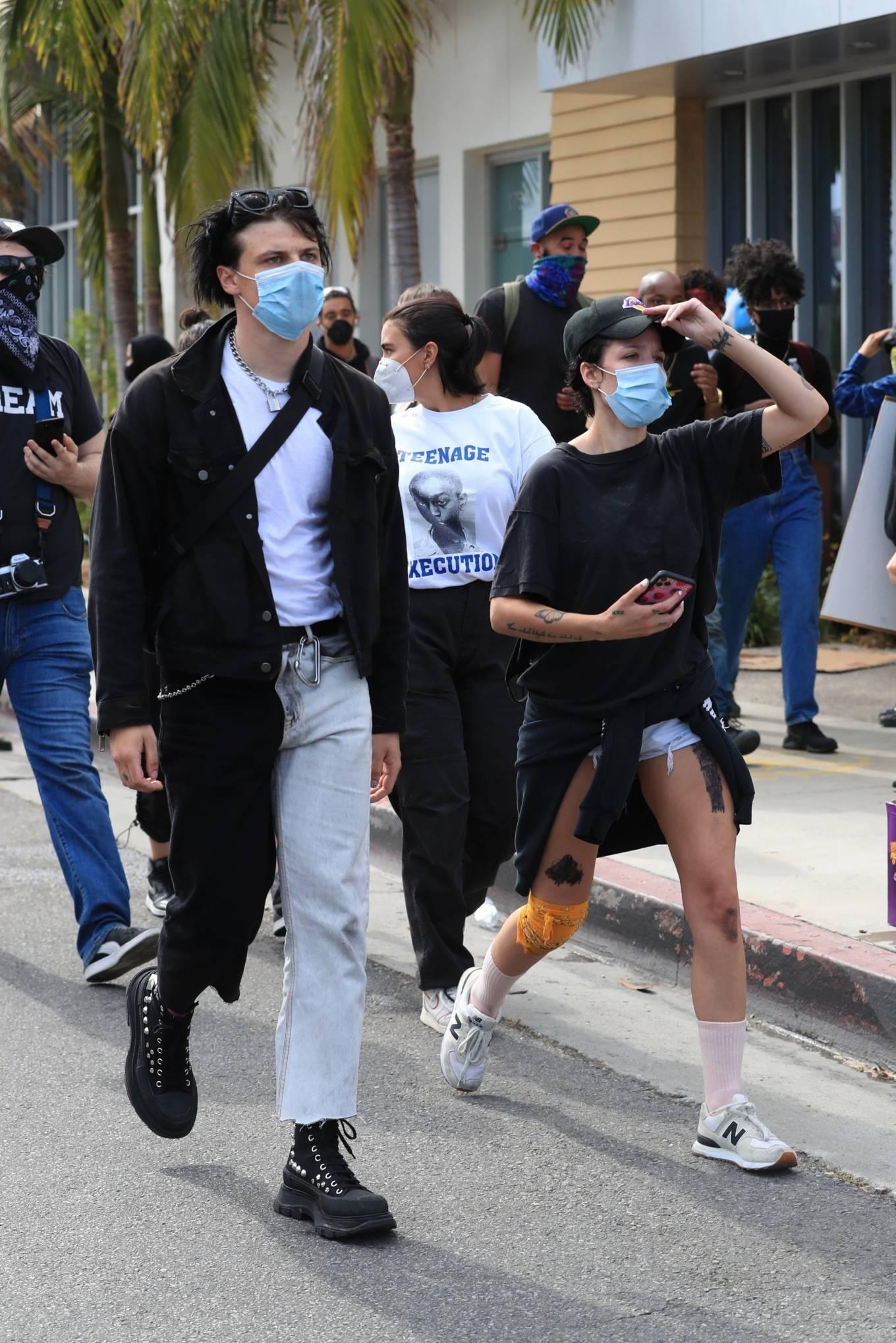 Halsey 2020 : Halsey – Attends Black Lives Matter rally in LA-13