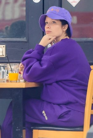 Halsey - Breakfast candids at Toast in West Hollywood