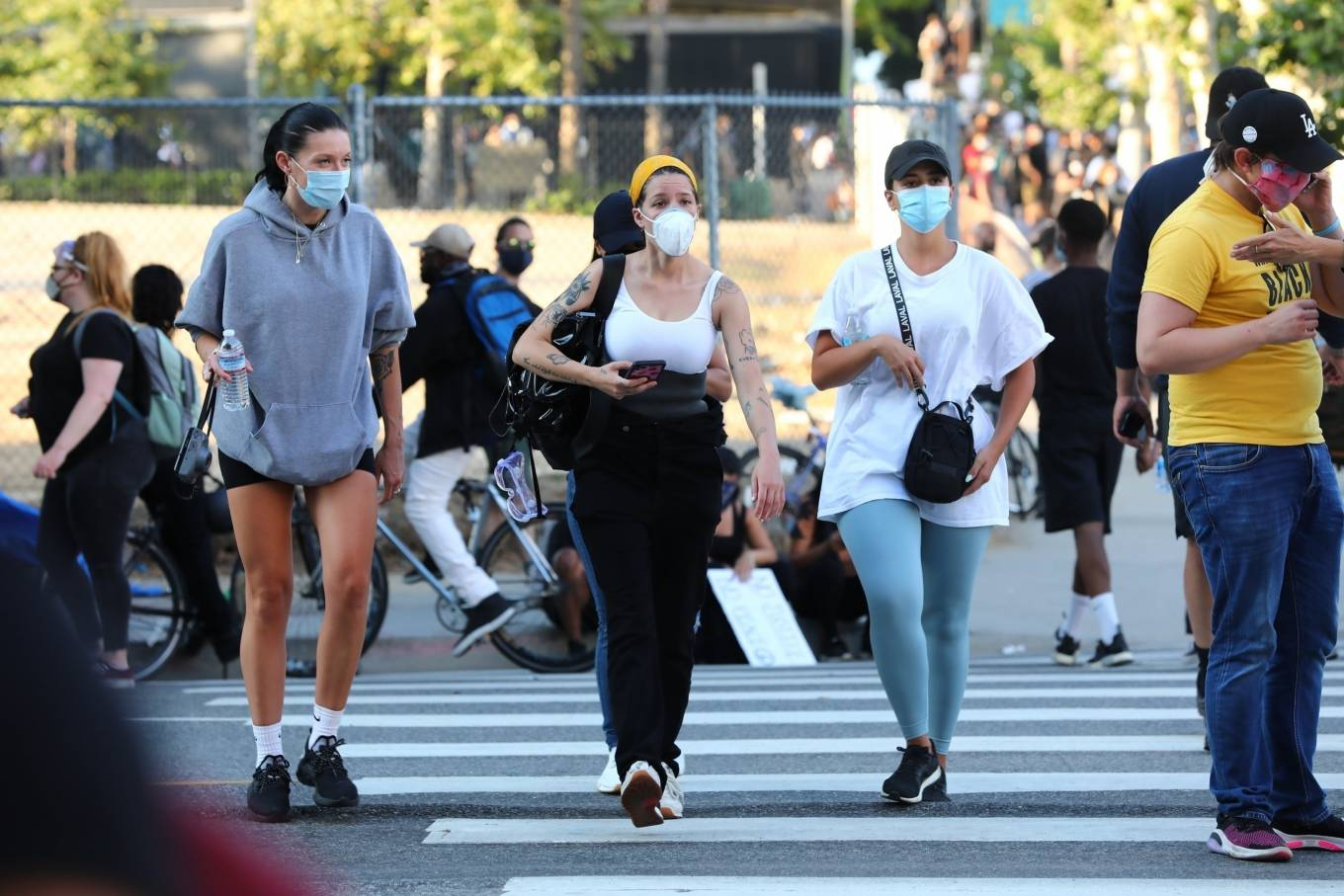 Halsey 2020 : Halsey – Goes to protest with a group of friends in Los Angeles-01