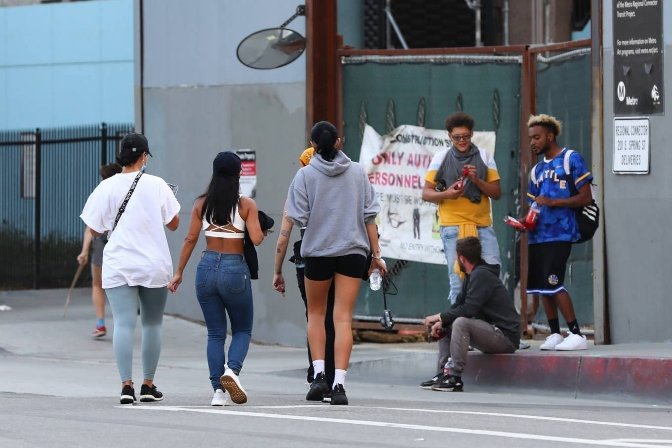 Halsey 2020 : Halsey – Goes to protest with a group of friends in Los Angeles-02