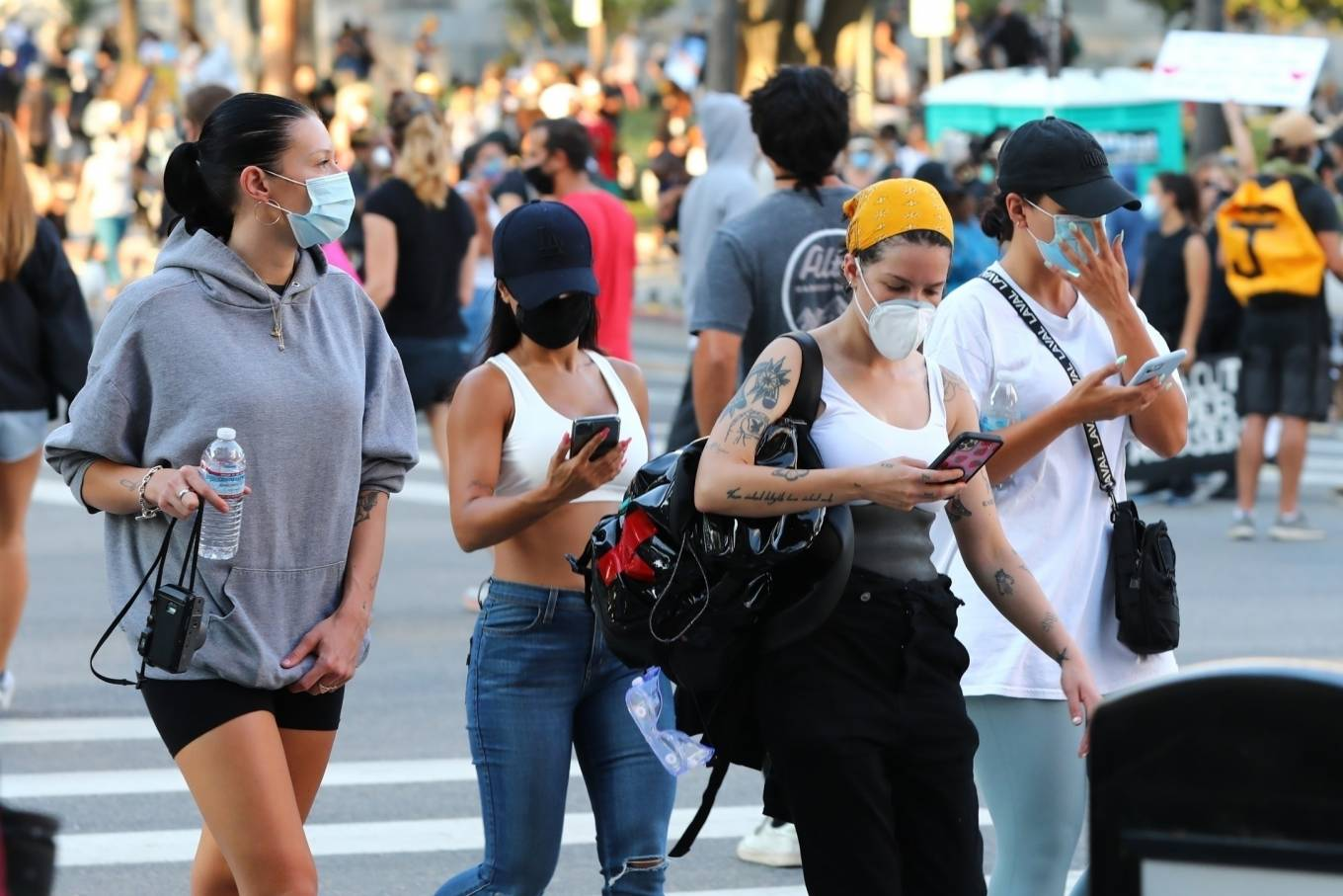 Halsey 2020 : Halsey – Goes to protest with a group of friends in Los Angeles-03