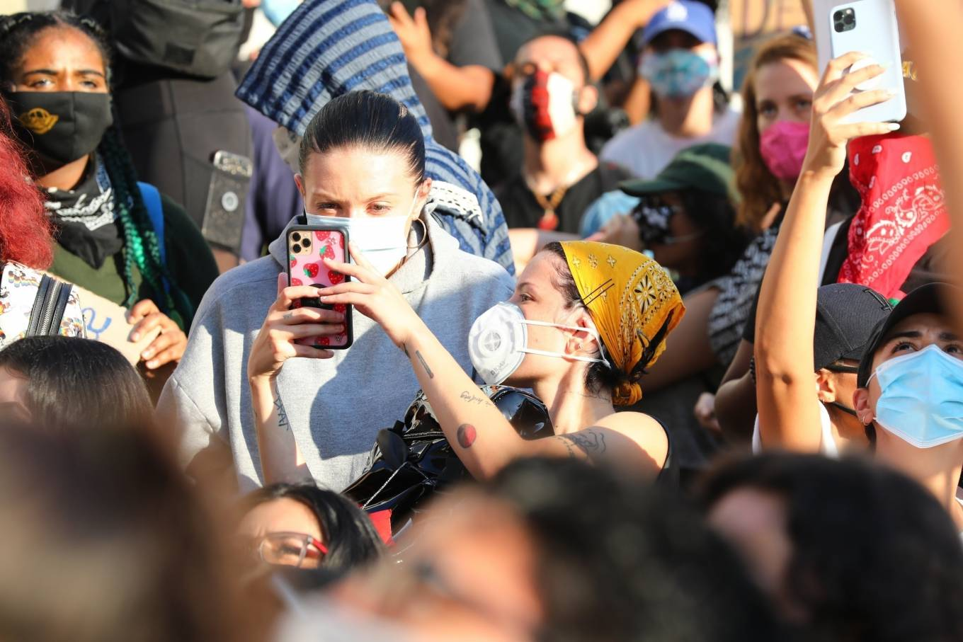 Halsey 2020 : Halsey – Goes to protest with a group of friends in Los Angeles-06