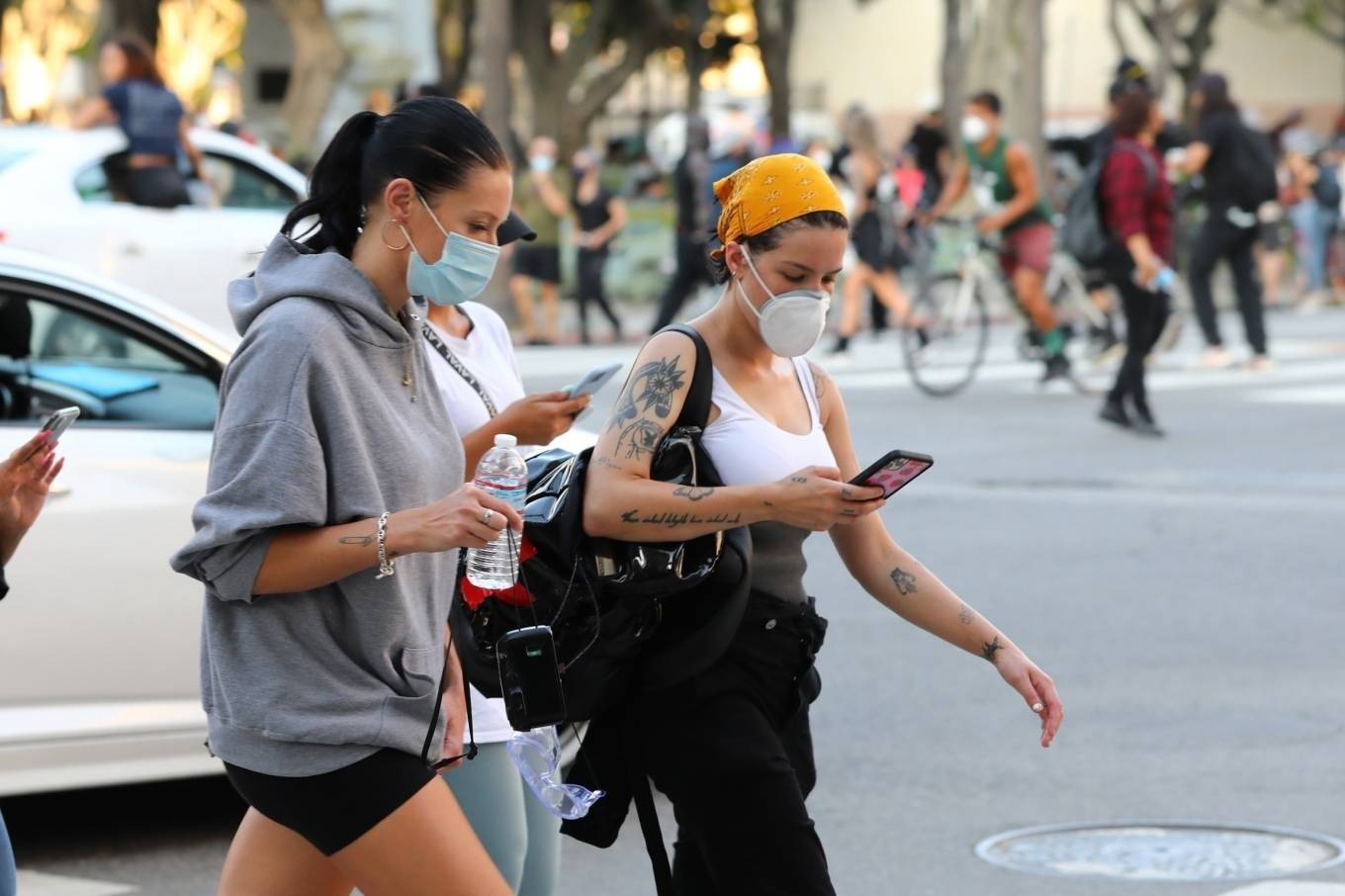 Halsey 2020 : Halsey – Goes to protest with a group of friends in Los Angeles-09