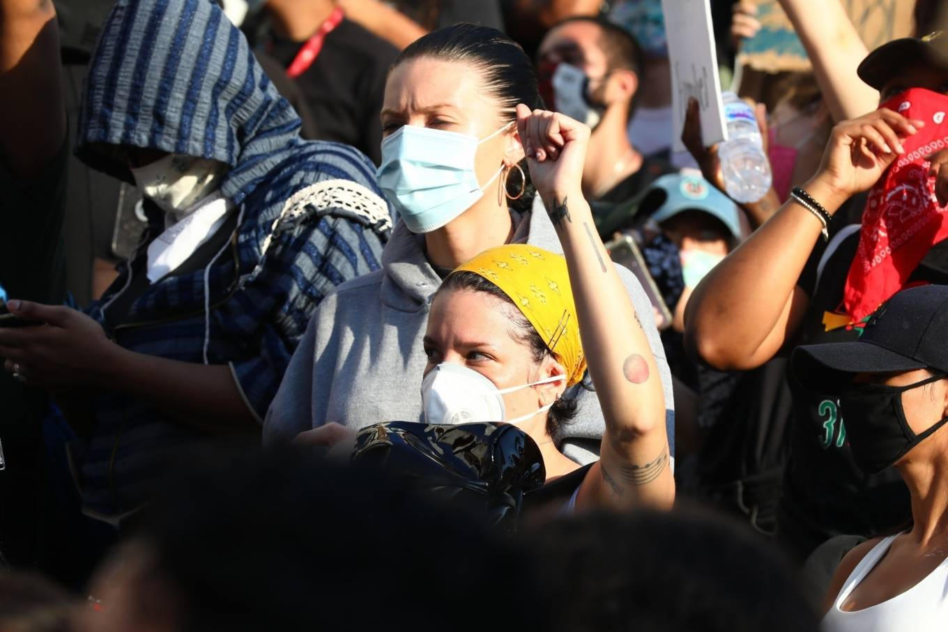 Halsey 2020 : Halsey – Goes to protest with a group of friends in Los Angeles-15