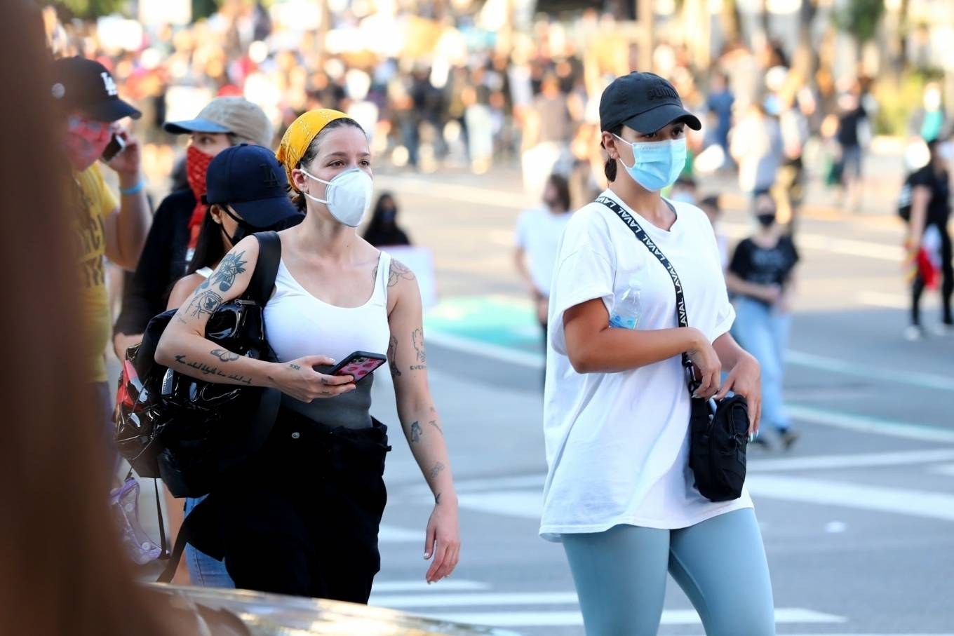 Halsey 2020 : Halsey – Goes to protest with a group of friends in Los Angeles-20