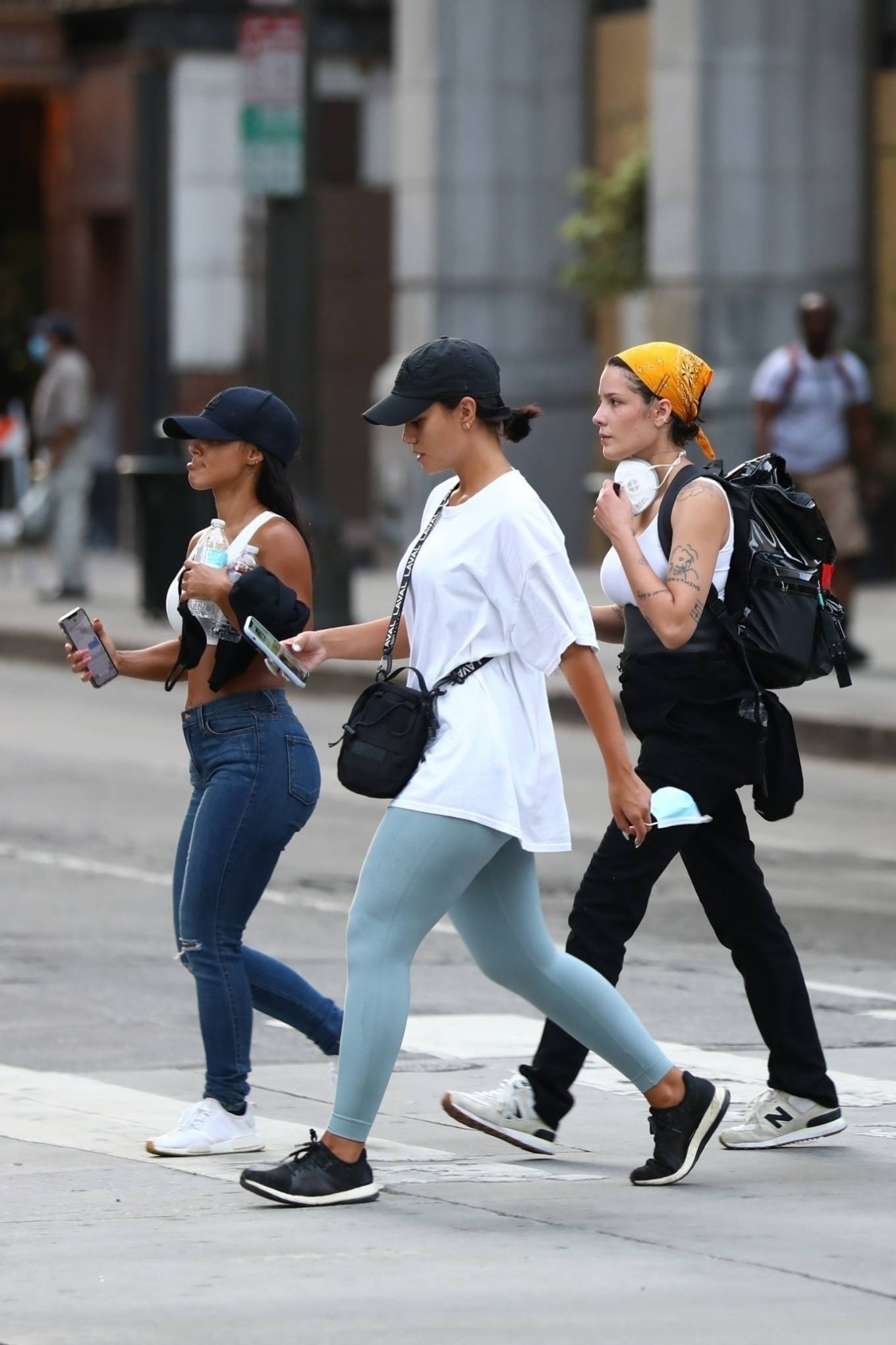 Halsey 2020 : Halsey – Goes to protest with a group of friends in Los Angeles-22