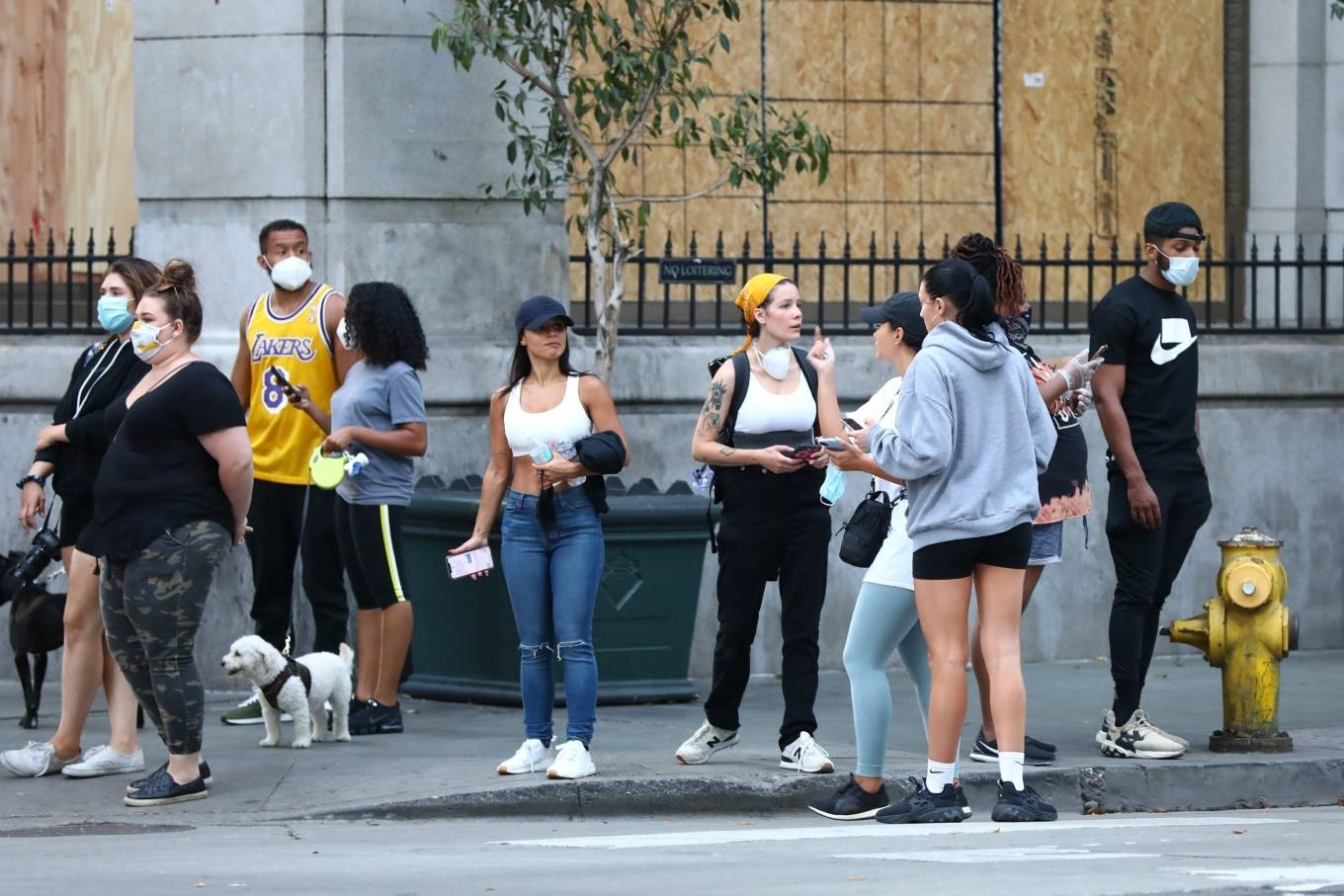 Halsey 2020 : Halsey – Goes to protest with a group of friends in Los Angeles-25
