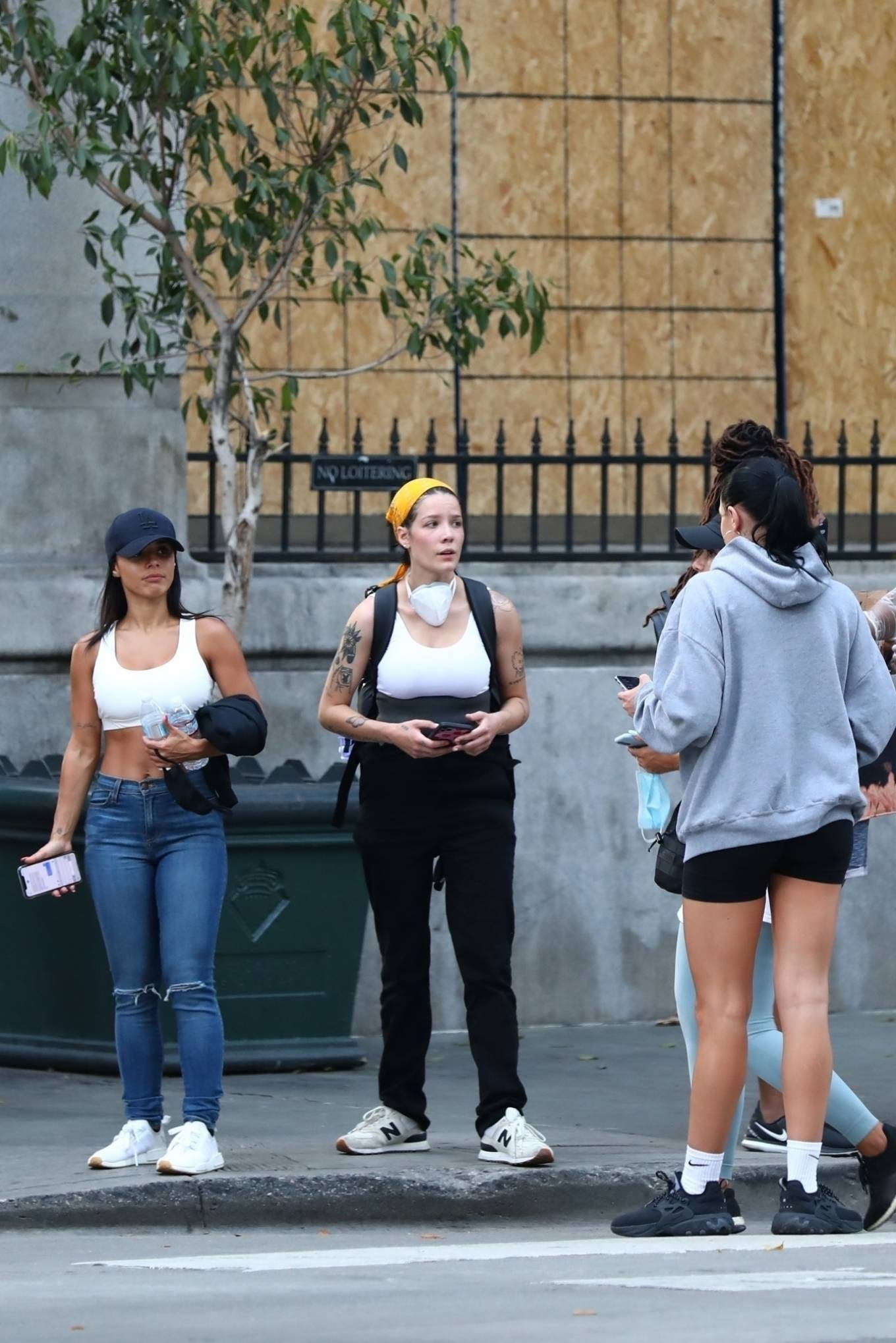 Halsey 2020 : Halsey – Goes to protest with a group of friends in Los Angeles-27