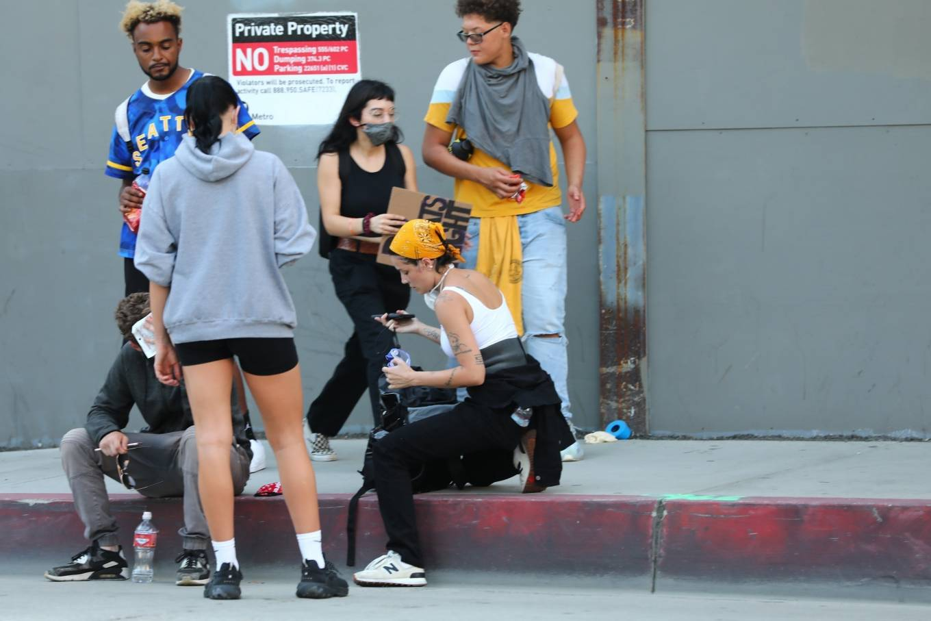 Halsey 2020 : Halsey – Goes to protest with a group of friends in Los Angeles-28