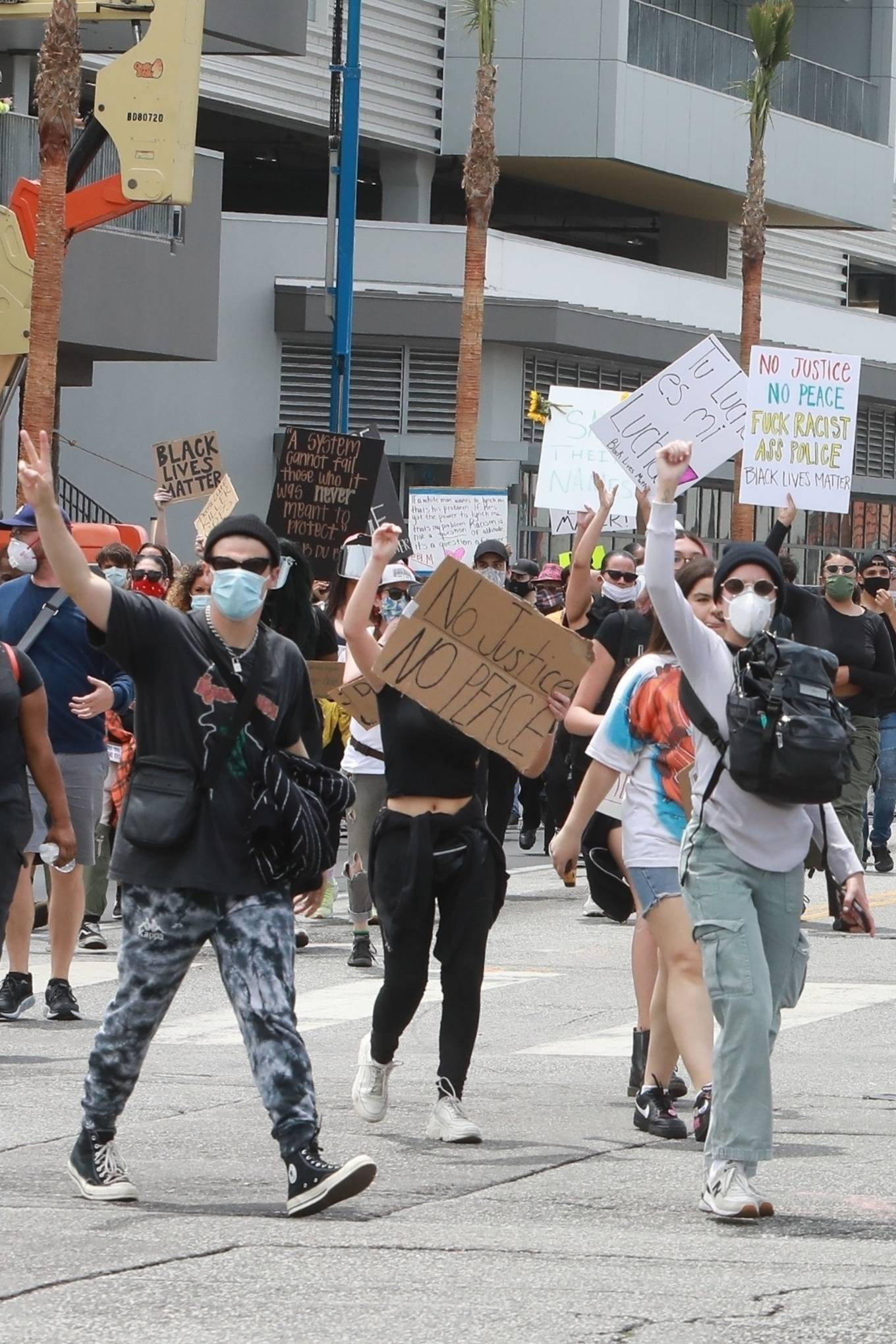Halsey 2020 : Halsey – Protesting with Yungblud in Hollywood-06