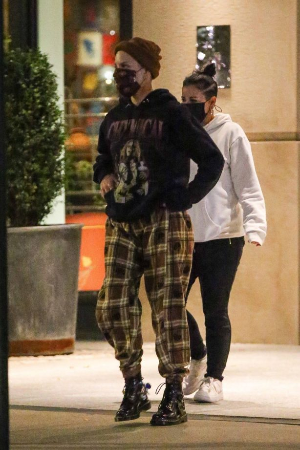 Halsey - spotted out for dinner with friends in New York