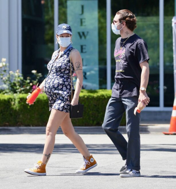 Halsey - With her boyfriend Alev Aydin at Erewhon Organic Grocers in Los Angeles