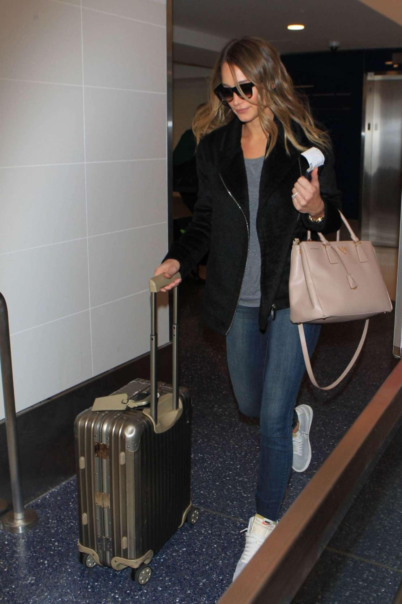 Hannah Davis 2015 : Hannah Davis in Jeans at LAX Airport -01