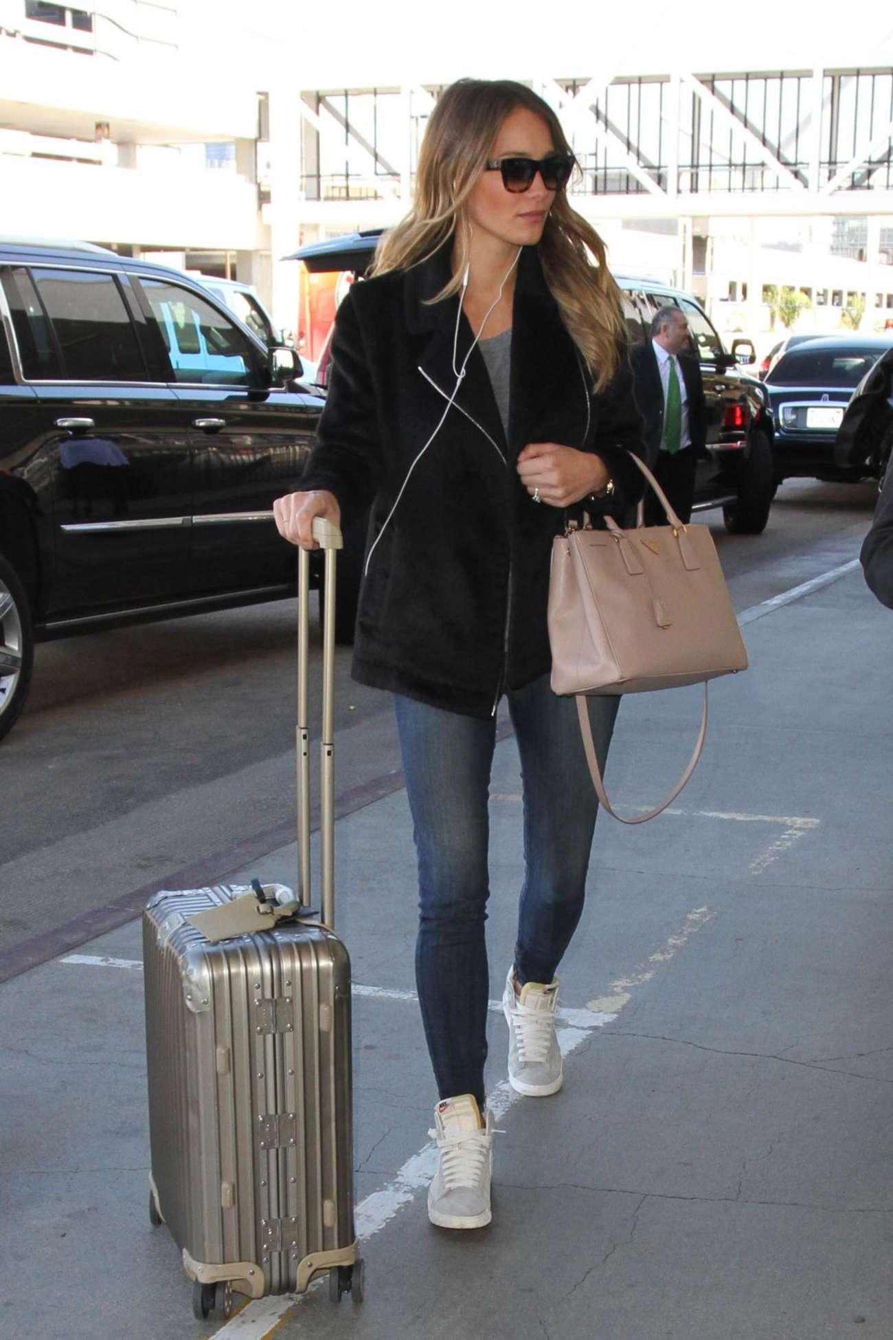 Hannah Davis 2015 : Hannah Davis in Jeans at LAX Airport -02